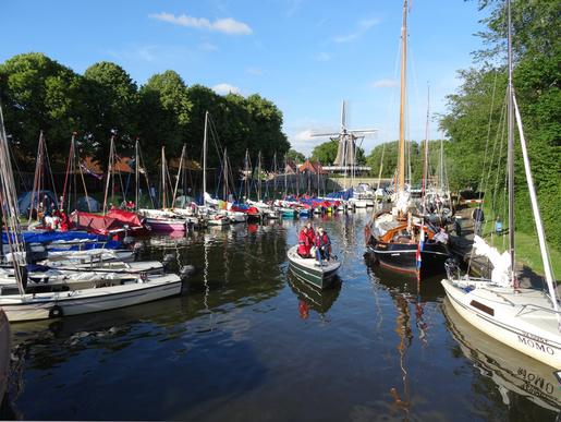 Wandersegeln mit dem USC in Westfriesland am Himmelfahrtswochenende. Zwanzig Boote bildeten eine stolze Flotte. Hier Blick auf den Passantenhafen in Sloten. – Bericht und weitere Bilder folgen