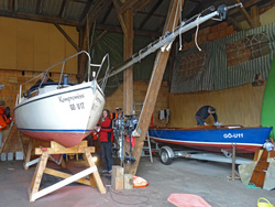 Kompromiss in Arbeit. Um das Schwert zu sanieren, musste das Kielschwertboot Varianta auf Böcke gestellt werden.