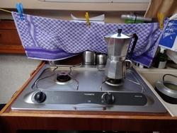 Das nötigst zum Kochen ist an Bord. Sogar ein Espresso-Kocher für vier Tassen. Wenn regelmäßig kocht, gebraucht man zwei Flaschen Spiritus pro Woche. Eine dritte Flasche als Reserve.