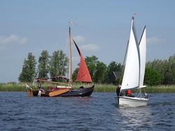 Friesland alt und jung. Traditionelles Plattbodenschiff – oft Nachbauten – begegnet Polyfalken