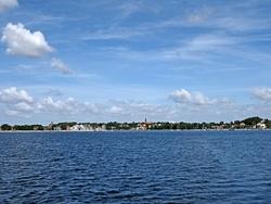 Blick Richtung Liegeplätze von See. Man erkennt gut das Bojenfeld. Der Vereinssteg und Mollys Bojenliegeplatz liegen am rechten Rand.