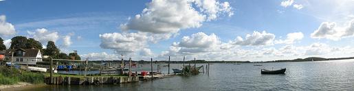 Ideales Revier für Jollen. Die Schlei vom Holm in Schleswig aus gesehen • Foto Wikipedia • © Frank Maahs