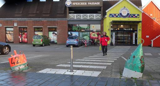 Merkbild zur Fahrwasser-Betonnung. Der Zugang zur Ladengalerie in Eckernförde zeigt in Kurzform, was man wissen muss. Noch mehr lernt man bei der Ausbildung des USC ab Anfang November.