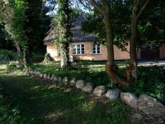 Landpartie in Dyvig mit typisch dänischem ländlichen Anwesen.