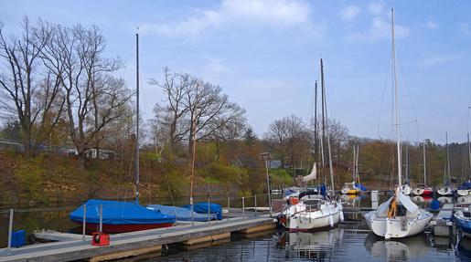 Alles neu macht der Mai. Die USC-Stegecke in Rehbach Anfang Mai. Kielboote, Jollen und Opti sind segelbereit.