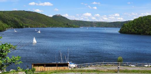 Edersee-Wackelbild. Bei heftigen Böen segeln nur noch größere Boote. Zum Ende Mai soll der Wind ruhiger werden