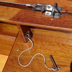 Sicherungsbolzen für das Schwert. Er dienst als zusätzliche Sicherung wenn es aufgeholt ist