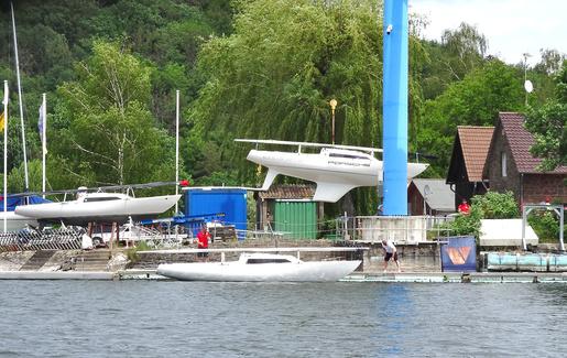 H-Boot-Betrieb. Nach der Flottenmeisterschaft Edersee im Juni gehen werden die Gastboote gleich wieder in Rehbach gekrant. • Wer sich für die Ergebnisse interessiert: https://h-boot.org/termin/4122-flottenmeisterschaft-edersee