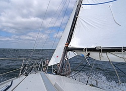 Bei Starkwind wird die Fock durch die Sturmfock. Diese hat eine günstigen Schnitt und steht sehr gut. Auch wenn der Wind zwischenzeitlich nachlässt, kommt man noch gut voran. Molly erreicht immer schnell de Rumpfgeschindigkeit von ca. 6 Knoten.