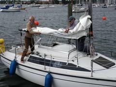 Starkwind ist verausgesagt. Die Crew bindet das erste Reff schon am Steg ein.