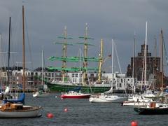 Zoom durch Das Bojenfeld in der Hafen von Eckernförde. Anfang Juni war die Alexander von Humbold II zu Gast.