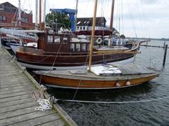 Die Bootswerft Modersitzki in Maasholm ist gut für Reparaturen. Schweißnäte an den Beschlägen aus Edelstahl der Pinne wurden innerhalb einer Stunde erneuert. Natürlich hat man nicht immer gleich Zeit. Am besten morgens um Sieben anfragen.