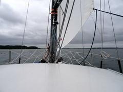 Unter Sturmfock im Alssund. bietet Bei Starkwind gibt es hier Landabdeckung und glattes Wasser.