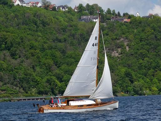 R-Boot unter Waldeck. Einige Klassiker bereichern die Seglerszene am Edersee. Hier ein 20ger-Jollenkreuzer