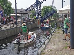 Mastlegen gespart. Ein Umsonst den Mast gelegt. Ein freundlicher Brückenwärter klappt die Brücke aufBrückenwärter klappt die Brücke auf