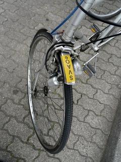 Im Lager stehen Fahrräder, die man für Einkäufe oder kleine Landausflüge nutzen kann.