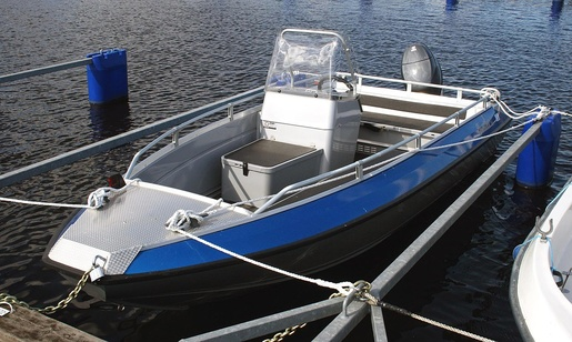 Im Frühling auf der Fulda. Für die Ausbildungsfahrten zum Sportbootführerschein unter Motor steht für das Frühjahr eine Buster M mit einem Yamaha-Motor zur Verfügung. • Foto Wikipedia