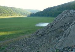 Winterlicher Ausgleichssport für Segler: Wandern im Edersee. Hier Blick auf den Aselstein bei Alt-Asel • wikipedia © Axel Hindemith