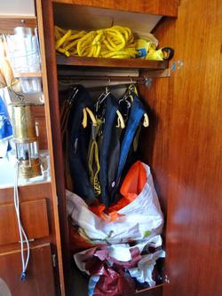 Alles was der Sicherheit dient (Schmimmwesten, Lifebelt, Rettungsmittel) soll immer im Sschrank zu sinden sein. Der Erste Hilfe Kasten befindet sich gleich unter dem Sitz rechts (von oben gesehen) am Niedergang.