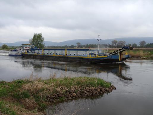 Jede Menge Kies. Ein harter Konkurrent um das Wasser unterm Kiel. Schubverband für Kiestransport auf der Weser bei Rinteln, fotografiert im April 2017