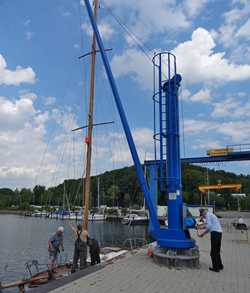 Der spannende Moment. Nach drei Stunden Vorarbeiten wird der Mast der Danae gestellt.