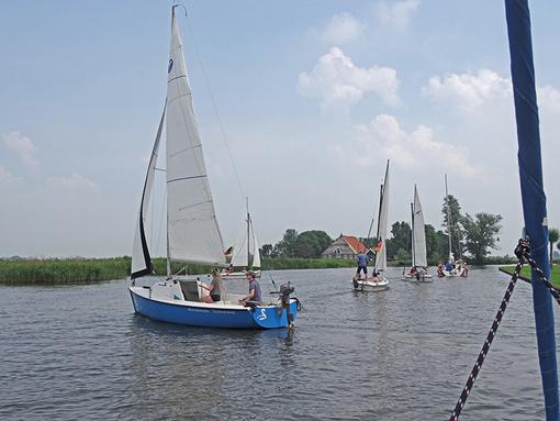 Aufkreuzen im Zick-Zack-Kanal. Beim Wandersegeln in Westfriesland lernt man Segeln auf engen Gewässern